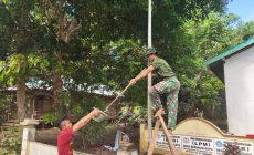 Permalink ke Satgas TMND Kodim 1203/Ketapang Cat Tiang Bendera Di Kantor Desa