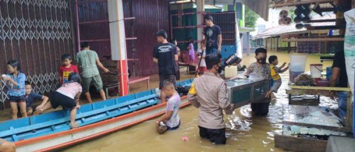 Jajaran Polsek Ambalau Bantu Evakuasi Warga Terdampak Banjir